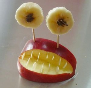 Monstre rigolo d'Halloween aux fruits
