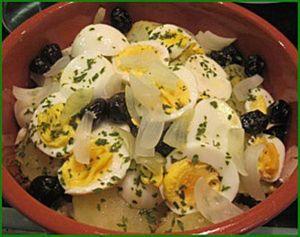 Morue au four avec oeufs, oignons, pommes de terre et olives