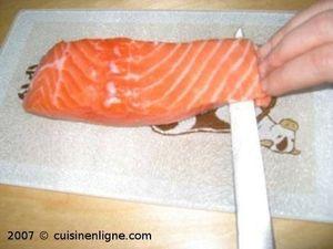 Retirer la peau du saumon