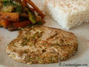 Steak de thon mariné aux herbes